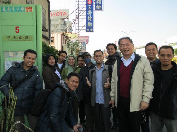 Prof. Wang dan kami sedang menunggu halte, menanti datangnya bis jalur 5